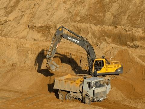 Купить песок с доставкой по низкой цене в Москве и области.